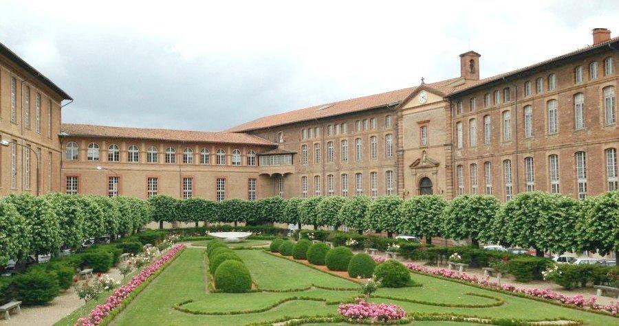 En bord de Garonne, l'hôpital de l'Hôtel Dieu à Toulouse