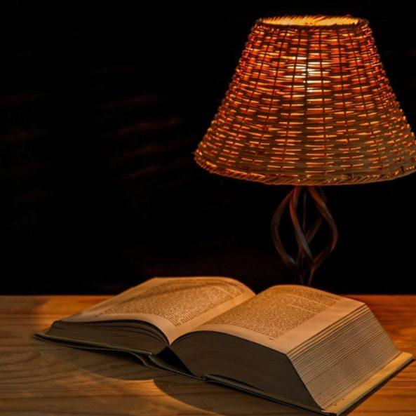 Lire à la lumière d'une simple lampe de chevet.