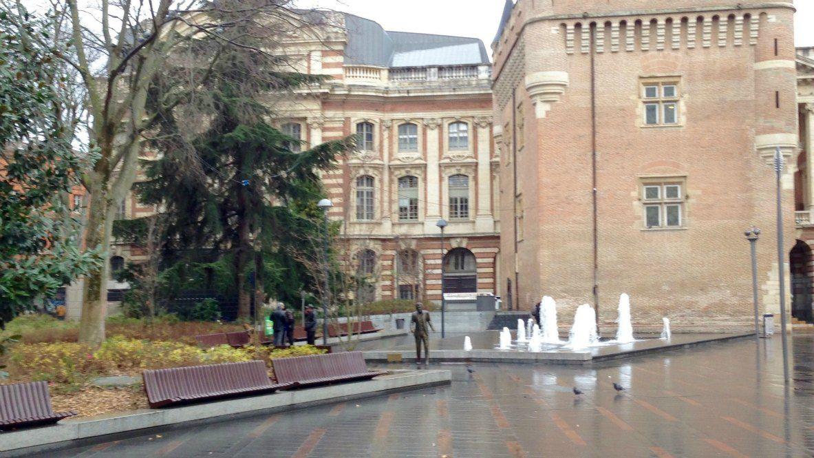 Claude Nougaro s'avançant Place Charles-de-Gaule à Toulouse