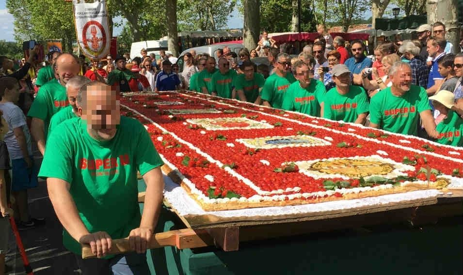 Tarte géante à la fraise de Lapeyrouse-Fossat